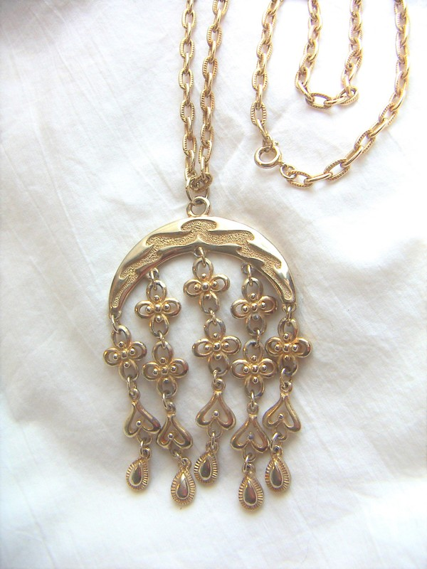 bold 1970s pendant necklace