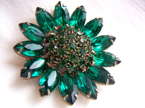 vintage brooch pin with emerald green rhinestones